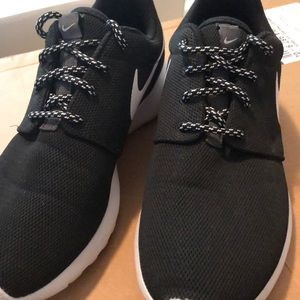 Black Nike roshes size 7.5